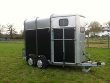 Horsetrailer, Carries 2 stalls - Surrey