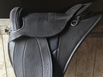 Bear back leather saddle