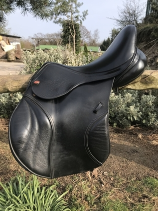 Kent and masters s series jump saddle